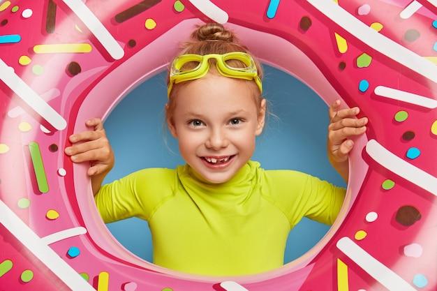 Bliska strzał cute rudowłosej dziewczyny stwarzających w jej basenie strój