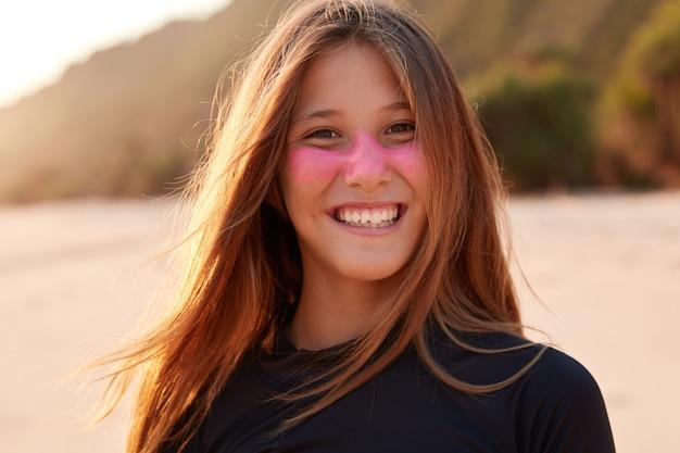 Bliska strzał ładna kobieta z cynku surfowania na policzkach