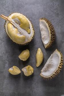 Bliska strzał na duriana, słodkiego króla owoców na ciemnym tle,