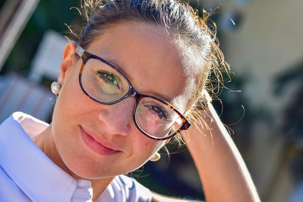Bliska strzał nerdy dziewczyna w okularach