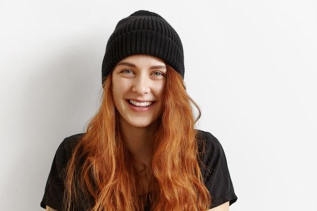 Bliska strzał pięknej i uroczej młodej rudowłosej europejskiej kobiety z niechlujną luźną fryzurą
