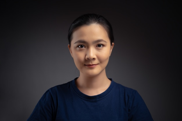 Bliska strzał portret kobiety azji. na białym tle.