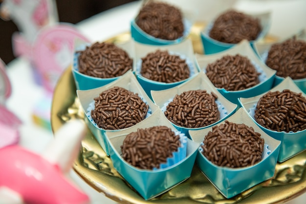 Bliska strzał pyszne cukierki czekoladowe