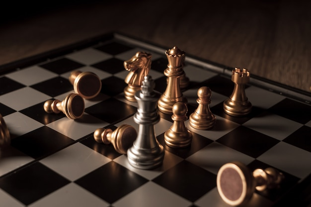 Bliska strzał szachy na grę planszową z koncepcją konkurencji ciemny nastrój i proces ton