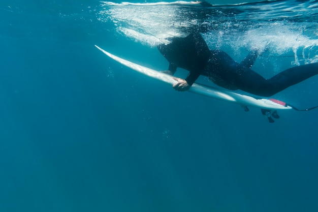 Bliska surfel pod wodą