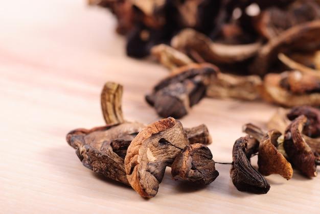 Bliska suszone grzyby na stole