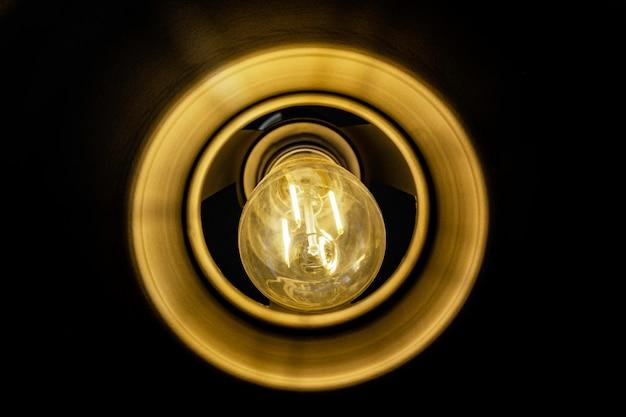 Bliska świecąca lampa żarowa