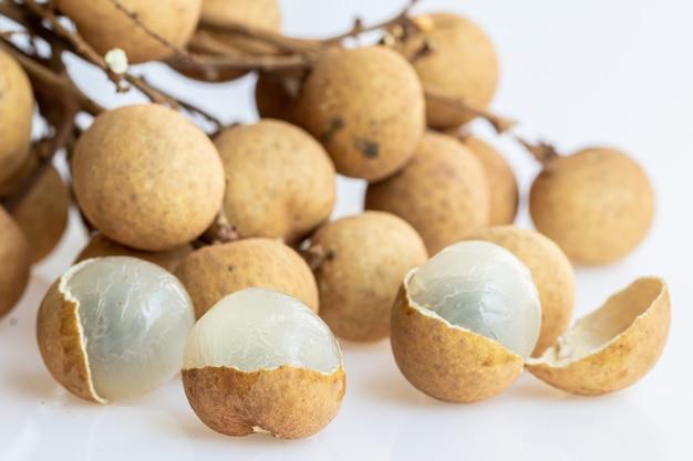 Bliska świeżych owoców longan na białym tle (dimocarpus longan)
