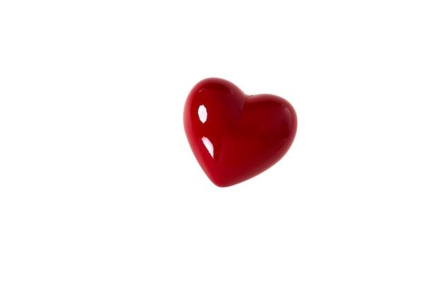Bliska symbol kształt czerwone serce miłości na białym tle