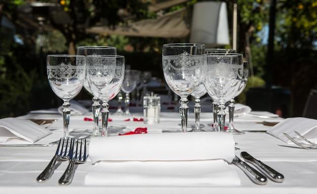 Bliska szczegółów eleganckiego stołu serwowane na zewnątrz.