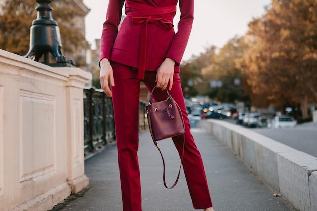 Bliska szczegóły mody stylowej kobiety w fioletowym garniturze spaceru na ulicy miasta, wiosna lato jesień trend w modzie trzymając torebkę