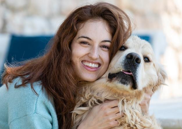 Bliska szczęśliwa kobieta z psem