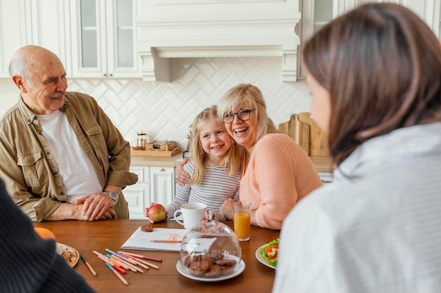 Bliska szczęśliwą rodzinę w kuchni