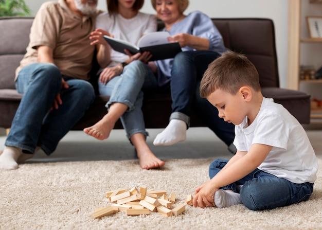 Bliska szczęśliwą rodzinę w pomieszczeniu