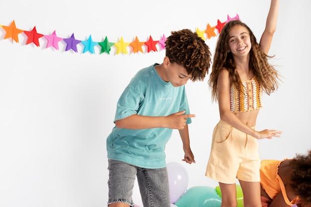 Bliska szczęśliwe dzieci świętujące razem