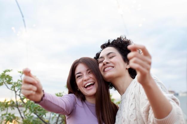 Bliska szczęśliwe kobiety bawiące się razem
