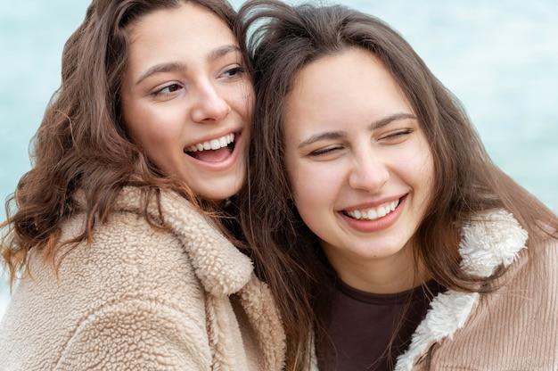 Bliska szczęśliwych kobiet na zewnątrz