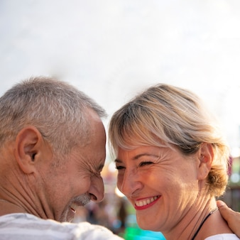 Bliska szczęśliwych ludzi wyrażających miłość