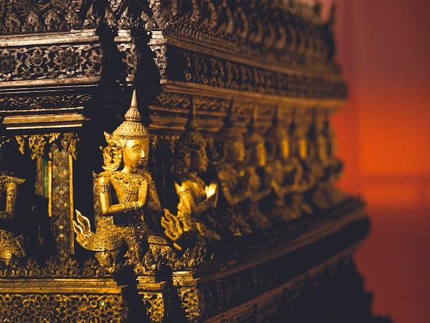 Bliska tajska złota rzeźba bóstwa