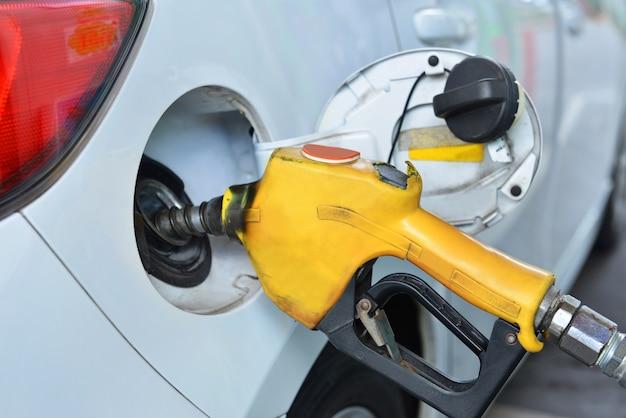 Bliska tankowanie samochodu na stacji benzynowej, koncepcja transportu.