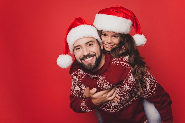 Bliska tata z małą kobietą głupiec podekscytowany w stroje świąteczne z dzianiny