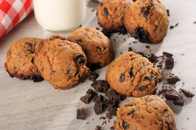 Bliska tło ciasteczka czekoladowe z miejsca kopiowania na szarym drewnianym stole. domowe jedzenie/przekąska dla dzieci