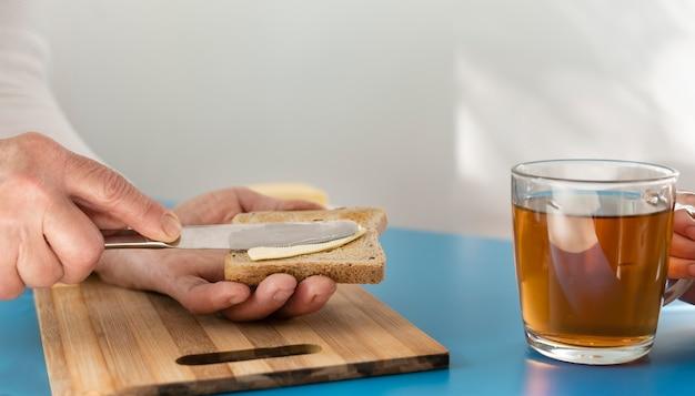 Bliska trzymając się za ręce chleb