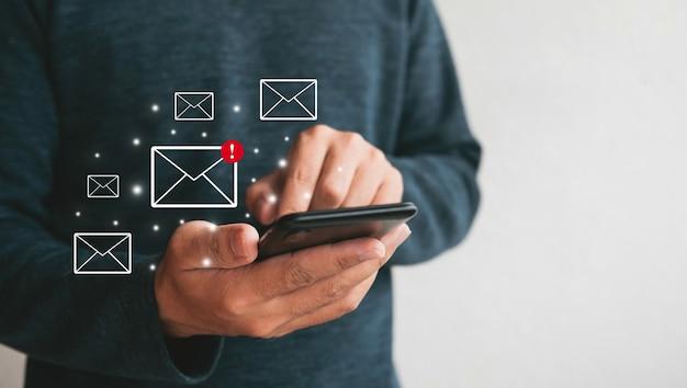 Bliska trzymając się za ręce smartphone. człowiek używający telefonu komórkowego do marketingu i wyszukiwania danych oraz mediów społecznościowych na koncepcji inwestycji biznesowej internet.technology