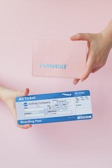 Bliska turystyczna kobieta pozioma przytrzymaj w ręku bilety na samolot z pomarańczowym paszportem, kartą pokładową