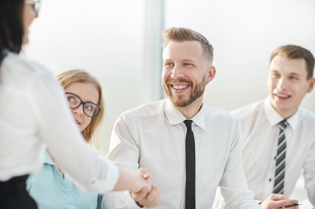 Bliska up.businessman uścisk dłoni ze swoim partnerem biznesowym. koncepcja współpracy