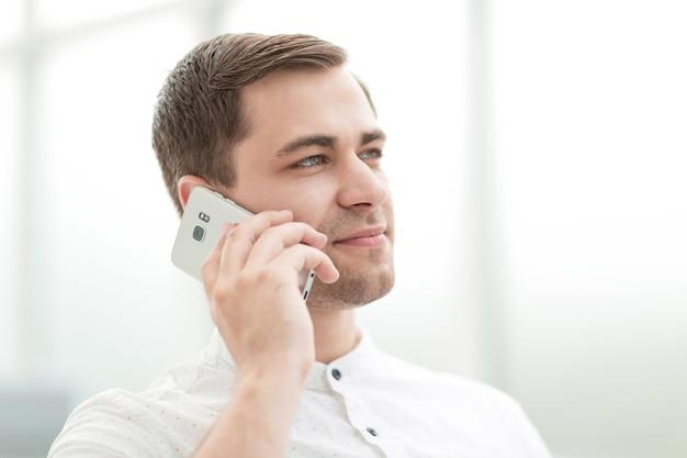 Bliska up.successful biznesmen rozmawia na swoim smartfonie. pomysł na biznes