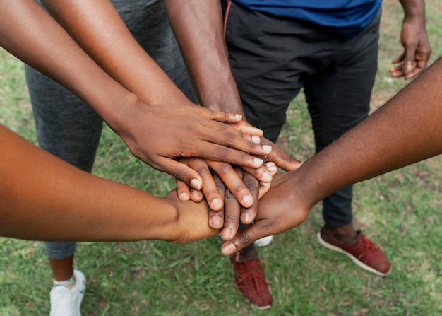 Bliska uścisk dłoni zespołu