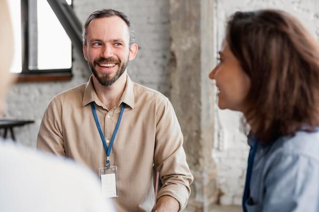 Bliska uśmiechnięci ludzie na terapii grupowej