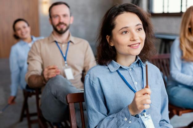 Bliska uśmiechnięci ludzie podczas terapii