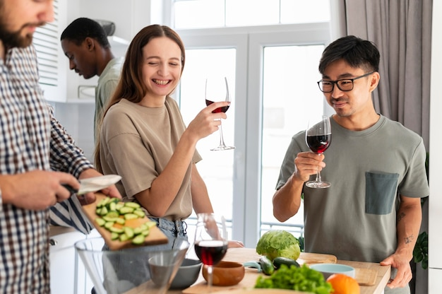 Bliska uśmiechnięci ludzie z winem