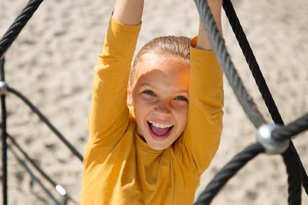 Bliska uśmiechnięta dziewczyna wspinaczkowa lina
