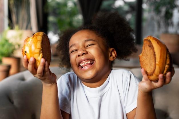 Bliska uśmiechnięta dziewczyna z deserem
