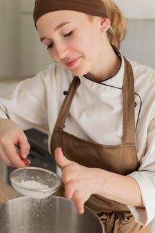 Bliska uśmiechnięta kobieta gotowania