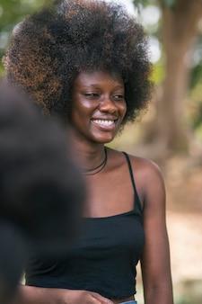 Bliska uśmiechnięta kobieta na zewnątrz