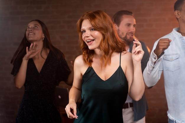 Bliska uśmiechnięta kobieta tańcząca w klubie