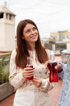 Bliska uśmiechnięta kobieta trzyma napój
