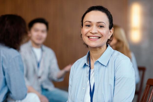 Bliska uśmiechnięta kobieta w terapii