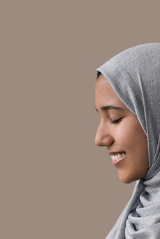 Bliska uśmiechnięta kobieta z hidżabu