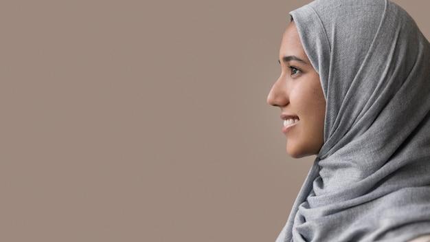 Bliska uśmiechnięta kobieta z miejscem na kopię