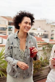 Bliska uśmiechnięta kobieta z napojem