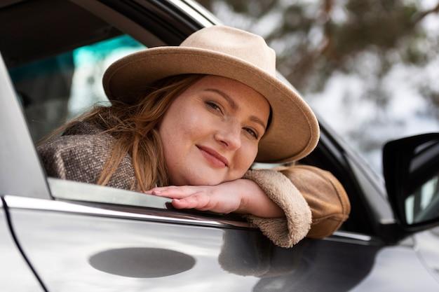 Bliska uśmiechnięta kobieta z samochodem