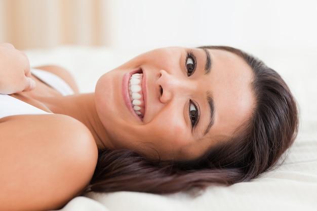 Bliska uśmiechnięta kobieta
