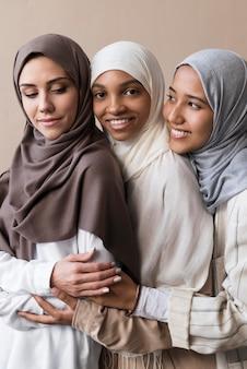 Bliska uśmiechnięte kobiety noszące hidżab