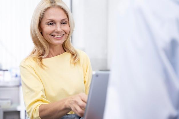 Bliska uśmiechniętego lekarza z tabletem