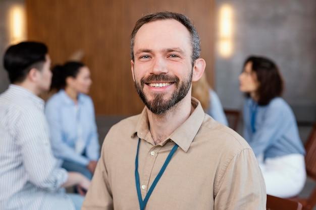 Bliska uśmiechnięty mężczyzna w terapii